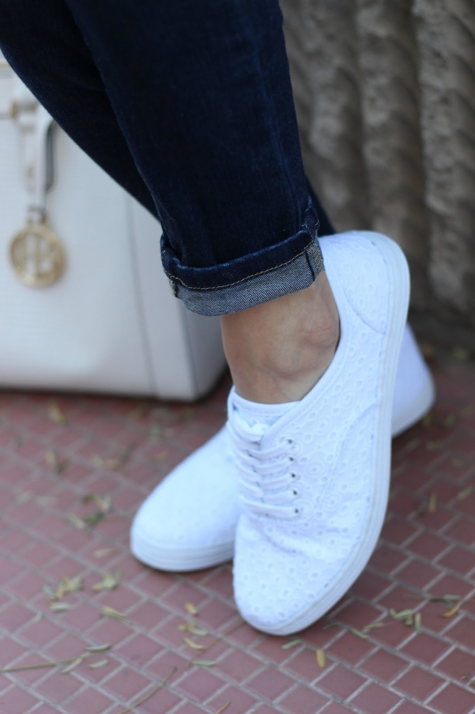 white sneakers, casual outfit, everyday outfit, denim and sneakers, target, maison jules