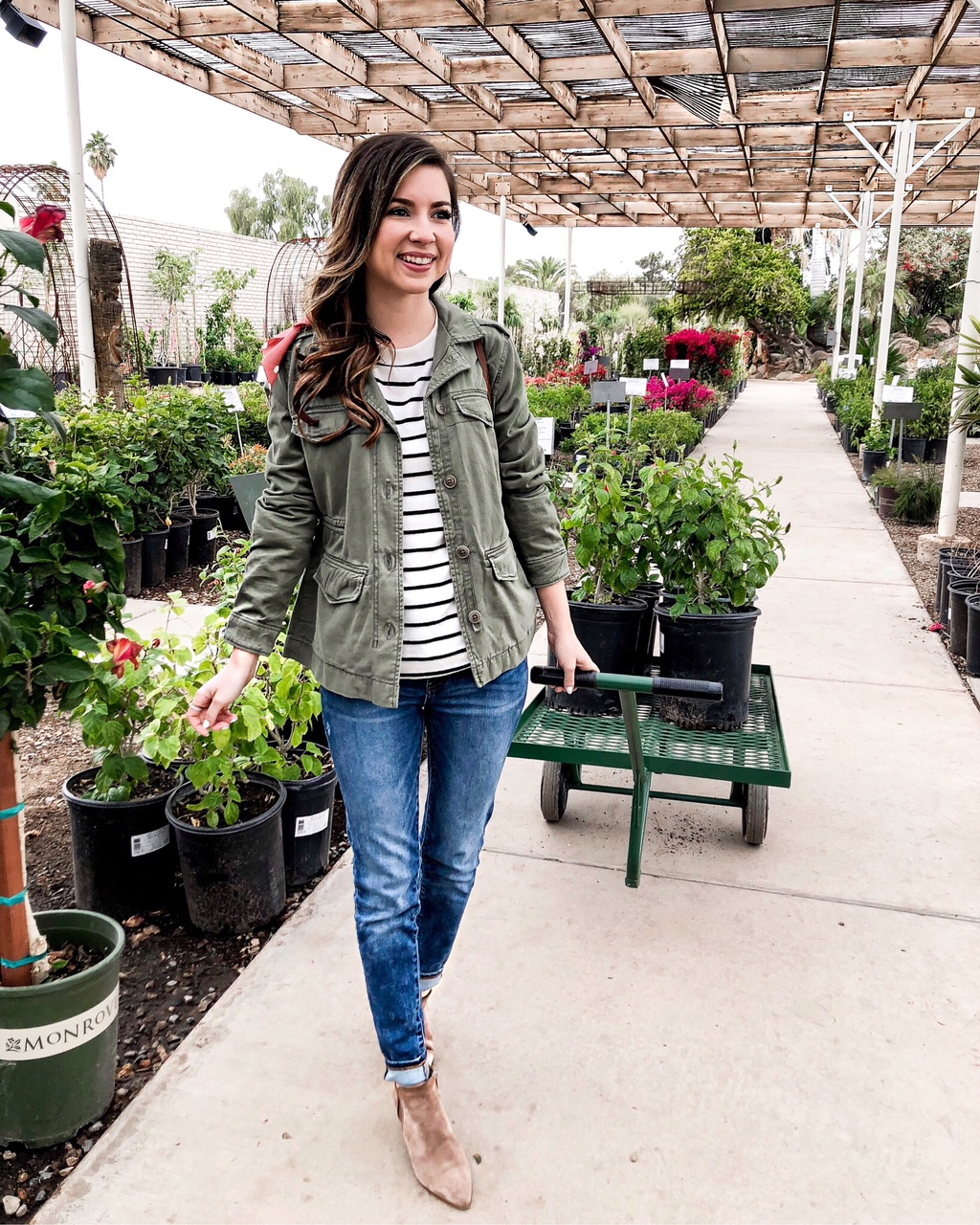 casual olive green jacket outfits for women to wear with jeans
